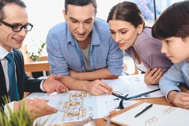 Makelaar bespreekt de indeling van het appartement met familie.