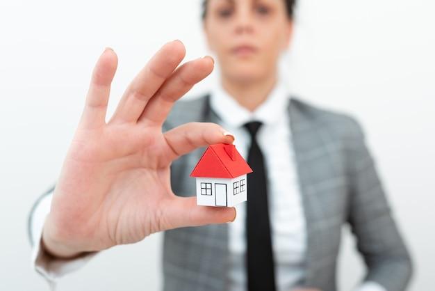 Makelaar die nieuw vastgoed verkoopt architect geeft woningbouw tip woningbouw
