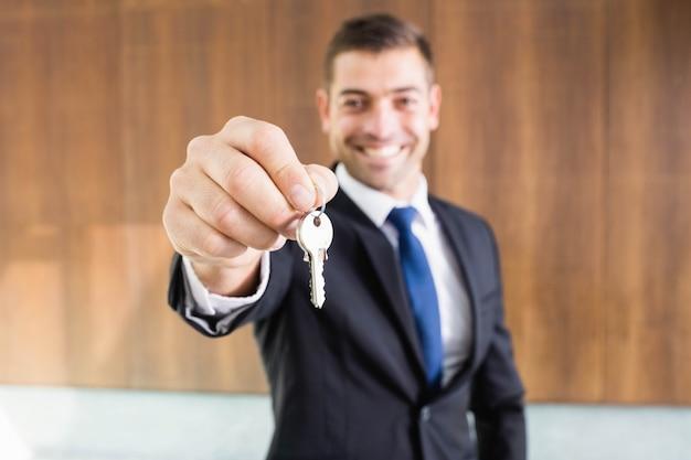 Makelaar die sleutels geeft aan nieuwe eigenaren van onroerend goed