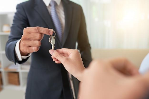 Makelaar die sleutels geeft