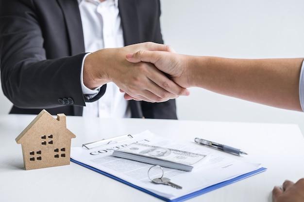 Makelaar en opdrachtgever schudden elkaar de hand na ondertekening van het huurcontract