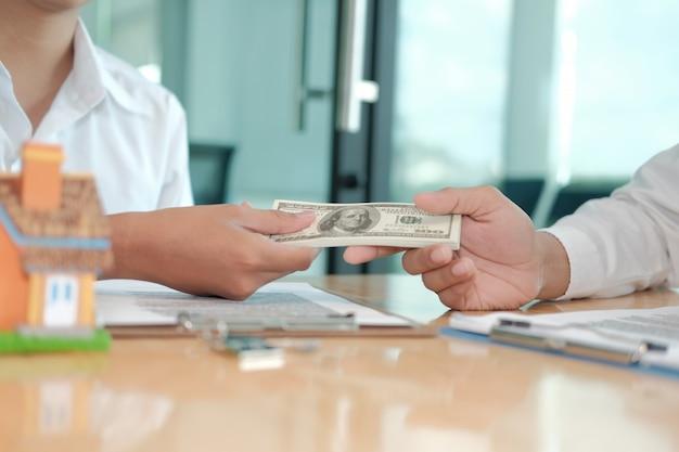 Makelaar in onroerend goed die huis met hypotheekcontractovereenkomst verkopen. man kopen huren van onroerend goed.