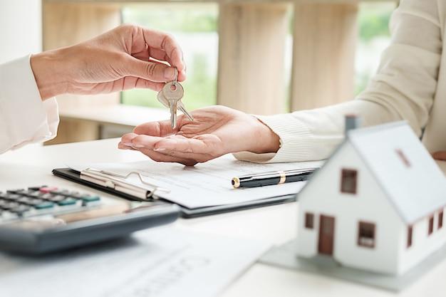 Makelaar in onroerend goed en ondertekening van een contract om onroerend goed te kopen voor een huis, verzekering of lening.