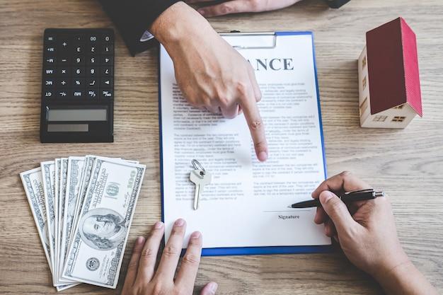 Makelaar in onroerend goed makelaar bereikt contractformulier voor ondertekening van overeenkomst contract onroerend goed bij klant met goedgekeurd hypotheekaanvraagformulier