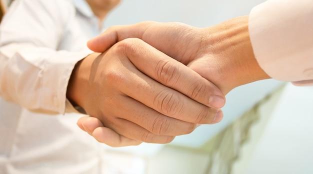 Makelaar in onroerend goed met klant die overeenkomst ondertekening onderteken en analyseert taxatie