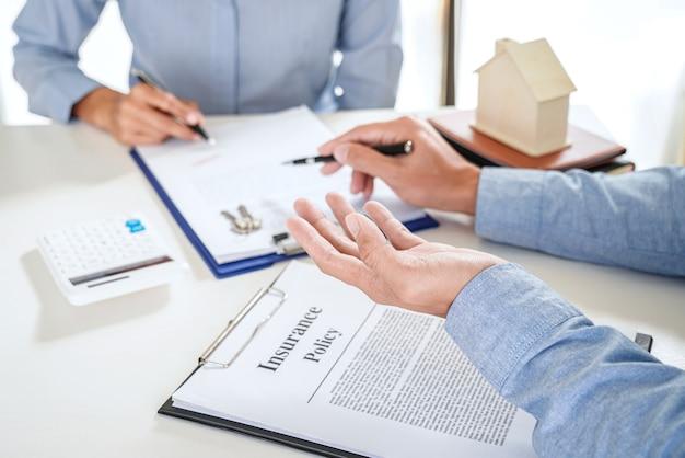 Makelaar in onroerend goed presenteert en raadpleegt de klant om een besluit te nemen, een verzekeringsformulier te ondertekenen, een huismodel, met betrekking tot het aanbod van een hypothecaire lening voor en een huisverzekering.