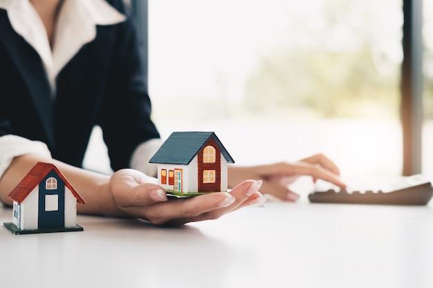 Makelaar in onroerende goederen die analyse is en de beslissing een woninglening aan cust maakt