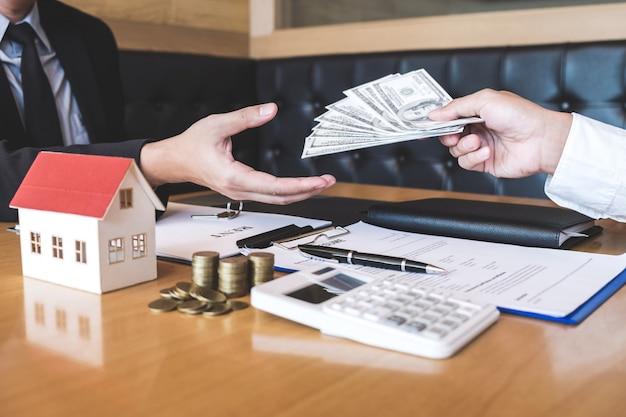 Makelaar makelaar ontvangt geld van de klant na ondertekening overeenkomst contract onroerend goed met goedgekeurd hypotheek aanvraagformulier, kopen of met betrekking tot hypothecaire lening aanbod voor en huis verzekering