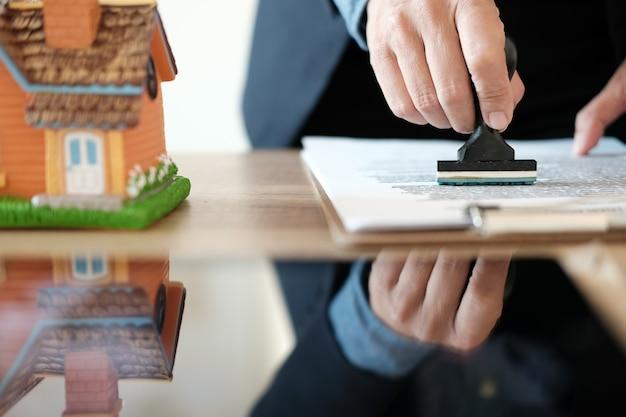 Makelaar stempelen goedgekeurd op document van hypotheekovereenkomst
