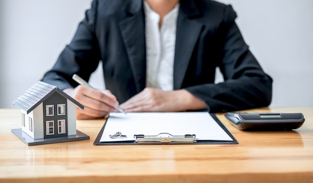 Makelaar werken teken overeenkomst document contract voor huis verzekering