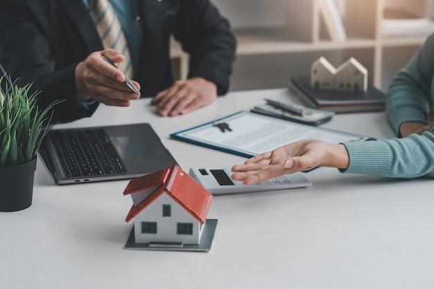 Makelaars bespreken op kantoor de voorwaarden van het contract voor de verkoop van het huis.
