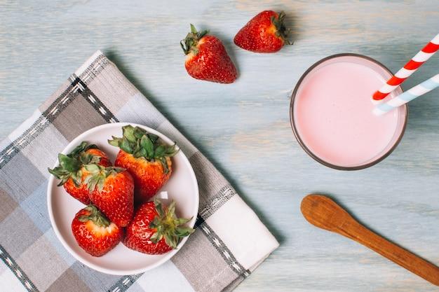 Maken van aardbei smoothie