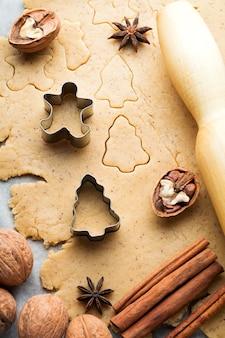 Maken van deeg voor het bakken van kerstmis en koekjesmessen. selectieve aandacht. bovenaanzicht.