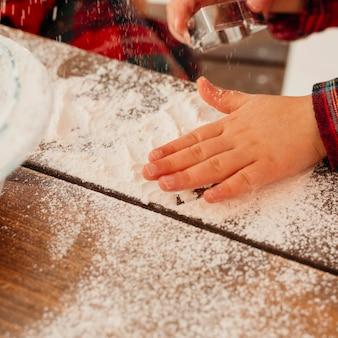 Maken van een kerstkoekje met bloem