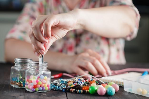 Maken van handgemaakte sieraden