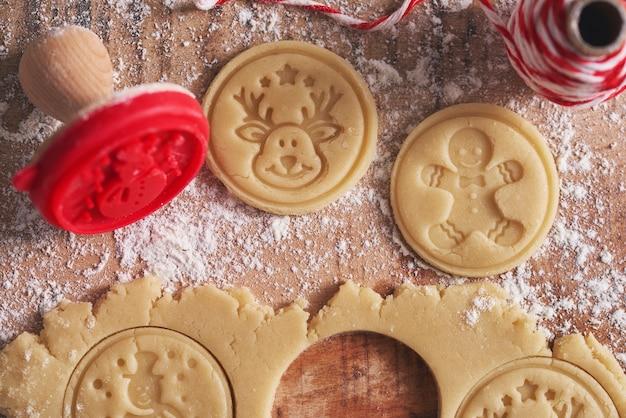Maken van koekjes voor kerstmis