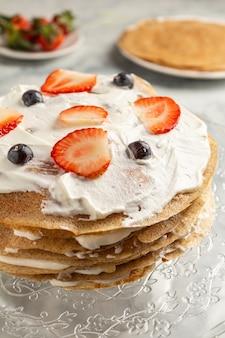 Maken van koken pannenkoek cake op een grau achtergrond close-up.