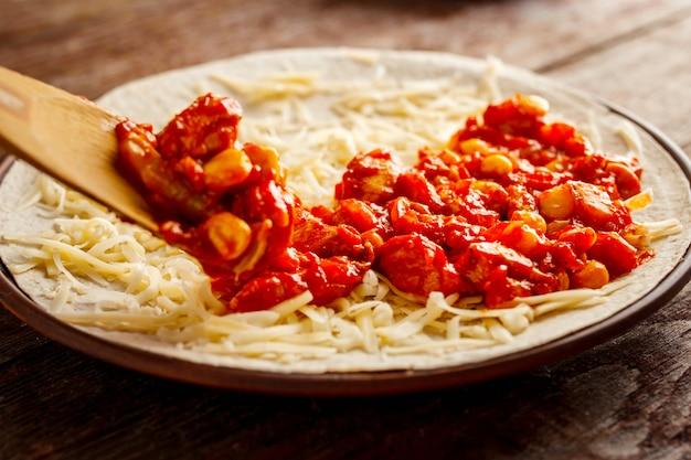 Maken van quesadilla. de vulling is aangelegd op de tortilla
