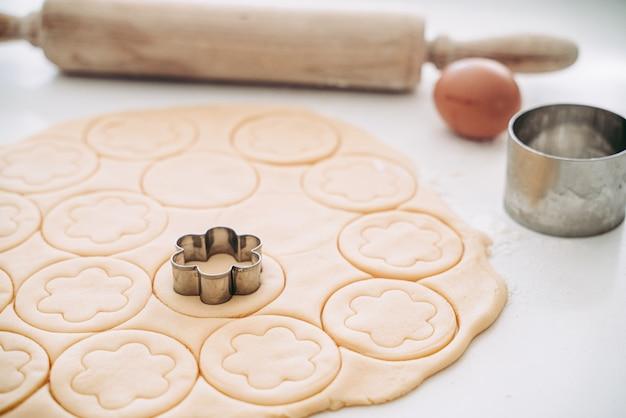 Maken van ronde zandkoekjes