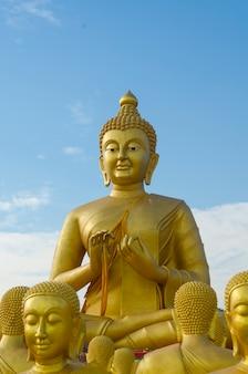 Makha bucha, boeddha met het standbeeld van 1250 discipelen, nakhonnayok, thailand