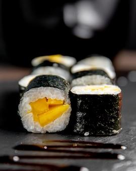 Maki roll geserveerd met saus
