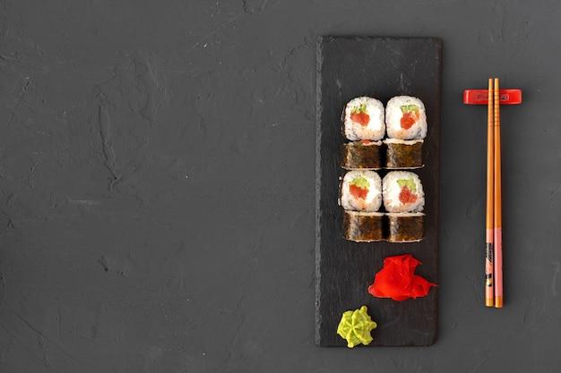 Maki sushi op zwarte stenen plaat bovenaanzicht
