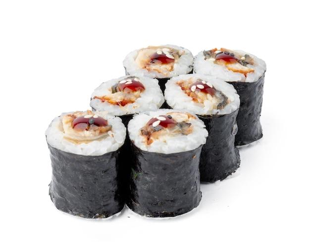Maki sushi roll met paling geïsoleerd op wit