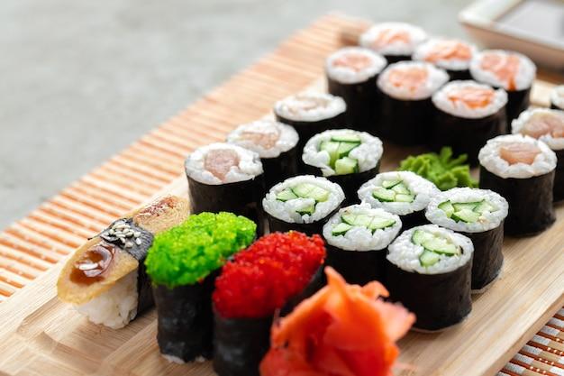 Maki sushi set geserveerd op houten dienblad close-up
