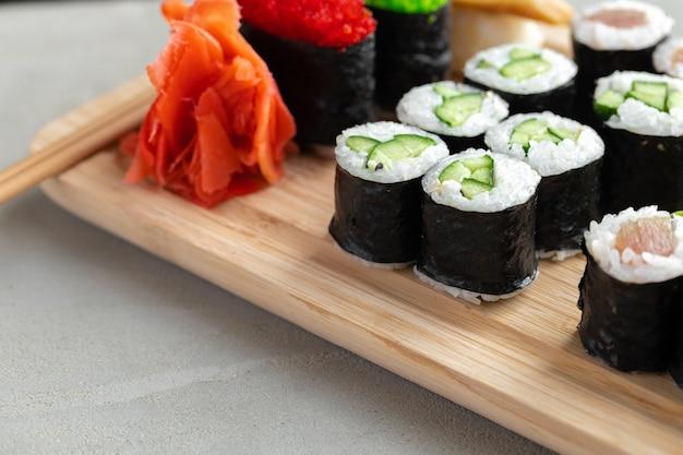 Maki sushi set geserveerd op houten dienblad