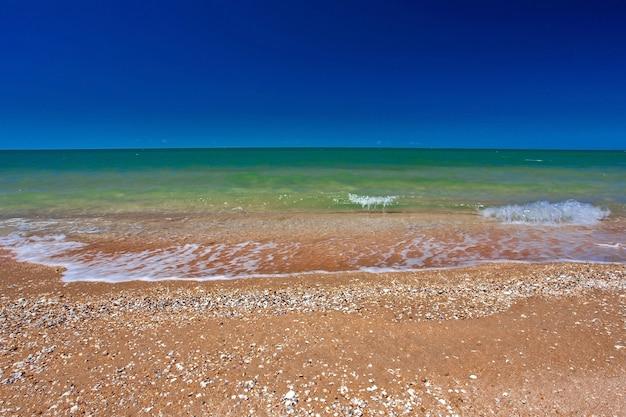 Makkelijk om te surfen op een zandige kust en de zon