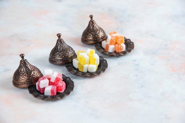 Makkelijke snacks voor theetafel. kleurrijke zoete snoepjes