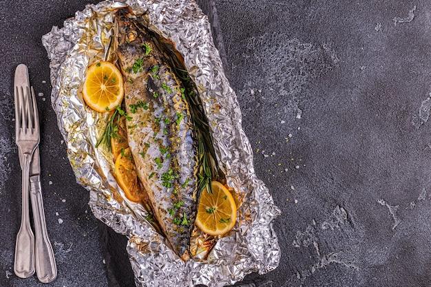 Makreel gebakken in folie met kruiden, bovenaanzicht