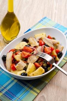 Makreel met aardappelen, tomaten, kappertjes en olijven