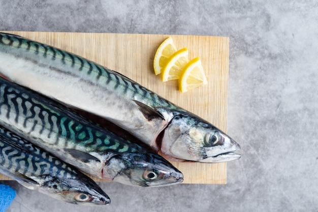 Makreel op houten achtergrond op marmeren background