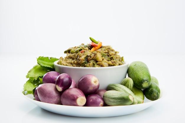 Makreel vis pittige dip en groenten, thais eten