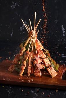 Mala gegrilde barbecue (bbq) met sichuan peper, met vallende smaakmakers mala poeder en chili, heet en pittig en heerlijk streetfood.