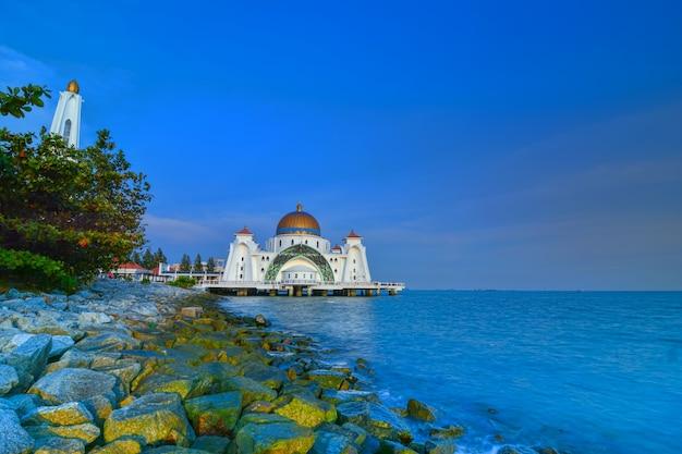 Malacca straits-moskee (masjid selat melaka), het is een moskee op het kunstmatige eiland malakka in de buurt van de stad malakka, maleisië