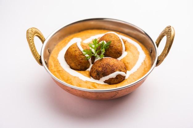 Malai kofta curry is een gerecht uit de indiase keuken met aardappel-kwark gebakken balletjes in uien-tomatenjus met kruiden