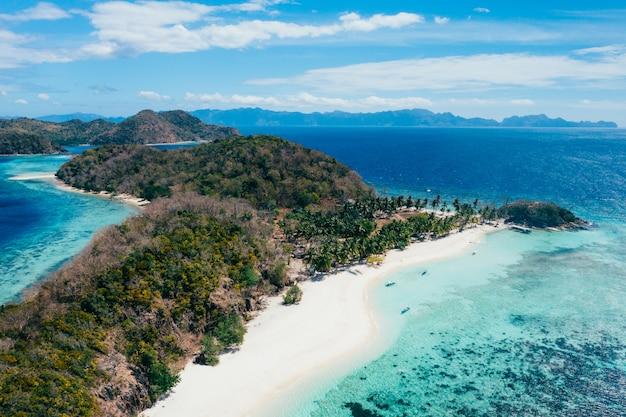 Malcapuya-eiland in de filippijnen, provincie coron. luchtfoto van drone over vakantie, reizen en tropische plaatsen