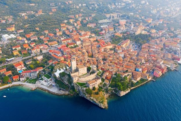Malcesine, italië - 13 oktober 2019: bovenaanzicht van de prachtige stad