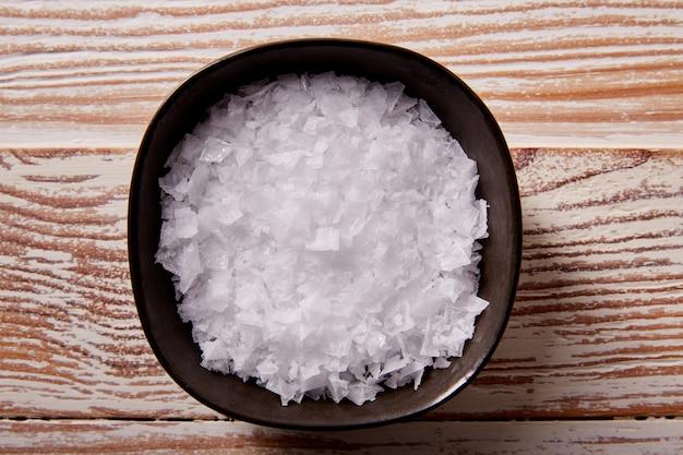 Maldon zeezout vlokken in een kom