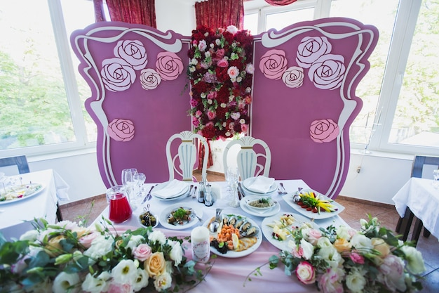 Maleisische bruiloftsomgeving met vintage stoel voor bruid en bruidegom