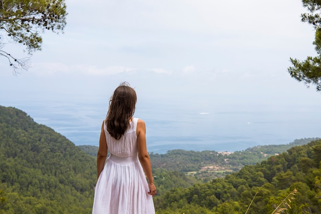 Mallorca eiland. jonge vrouw in de bergen van mallorca.