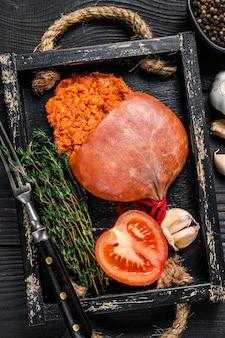 Mallorcaanse sobrassada gerookte varkensvleesworst in een houten bakje
