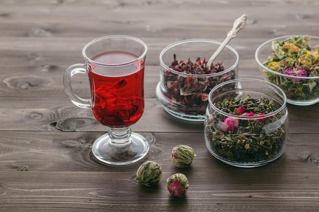 Malve thee in glas met gedroogde malve bloesems