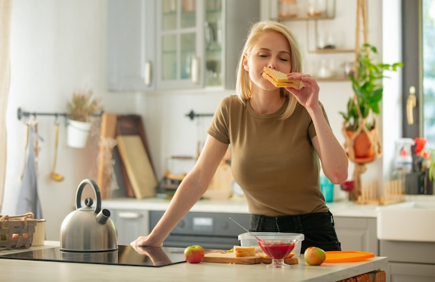 Mam bereidt lunchdoos voor een kind op school op een keuken thuis