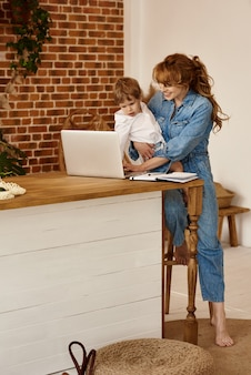 Mam werkt achter de computer