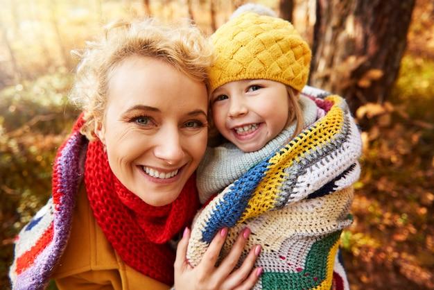 Mama bedekt dochter met sjaal