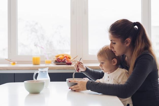 Mama en zoon hebben ontbijt