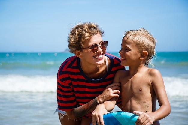Mama en zoon op zee